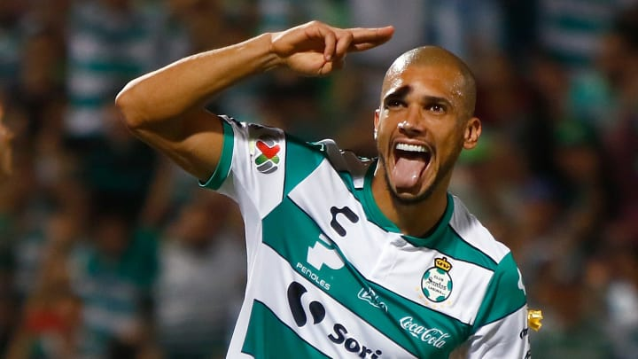 Matheus Doria celebra un gol en partido entre Santos Laguna y Veracruz.