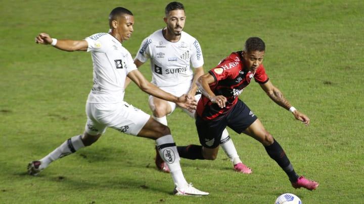 Santos e Athletico-PR brigam por vaga nas semifinais da Copa do Brasil.