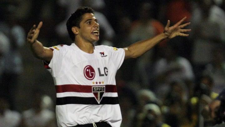 Sao Paulo's Cicinho celebrates his goal