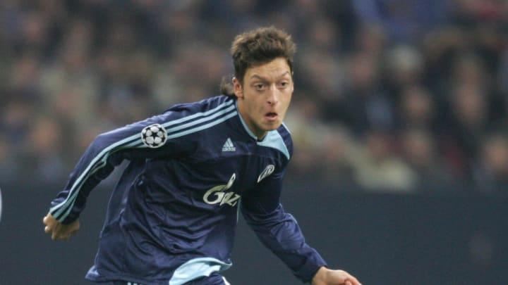 Schalke's midfielder Mesut Oezil (R) vie