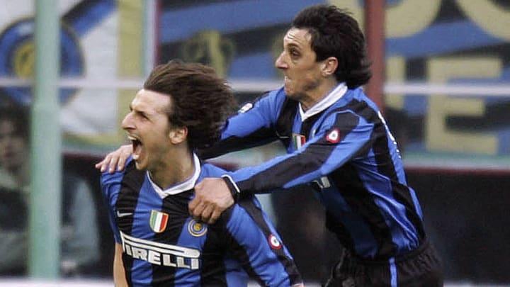 Burdisso célèbre avec Ibrahimovic un but contre l'AC Milan