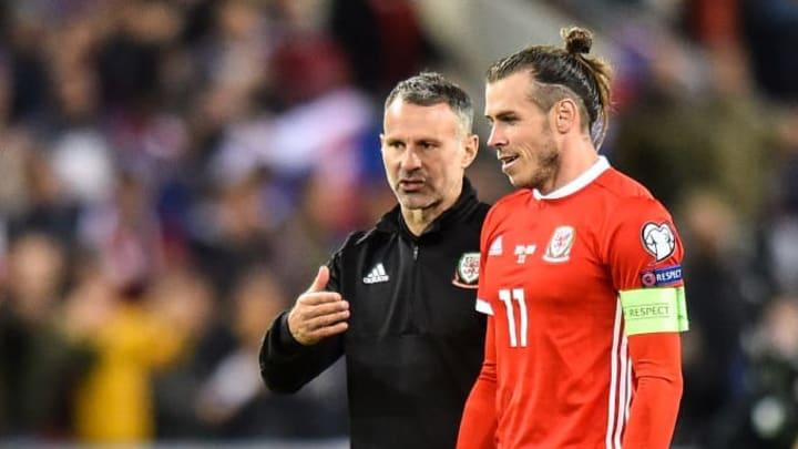 Bale y Giggs dialogan en un encuentro de clasificación para la Euro 2020