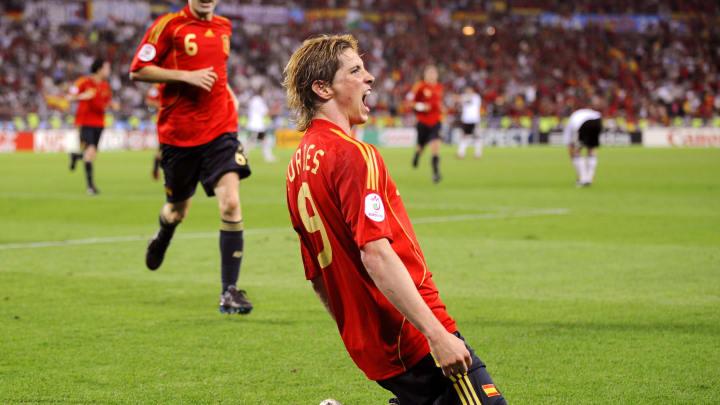 Spanish forward Fernando Torres (R) cele