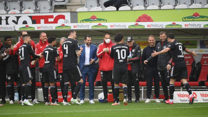 Die Spieler des FC Bayern stehen Spalier für Robert Lewandowski (r.)