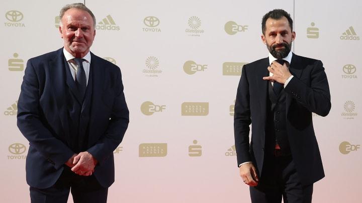 Die Bayern-Bosse Rummenigge (li.) und Salihamidzic nahmen den Preis entgegen