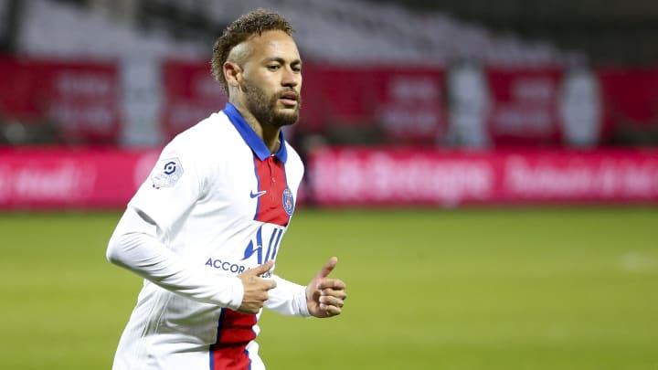 Jornal de Portugal diz que o PSG estaria preocupado com a forma física de Neymar, que segue de férias.