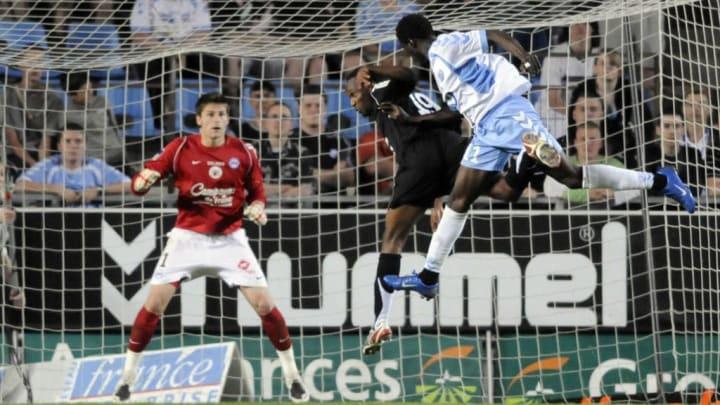 Strasbourg's forward Eric Mouloungui (R)