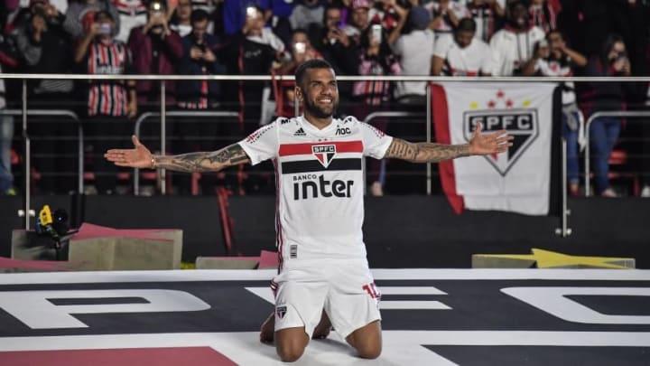 TOPSHOT-FBL-BRA-SAO PAULO-ALVES-PRESENTATION