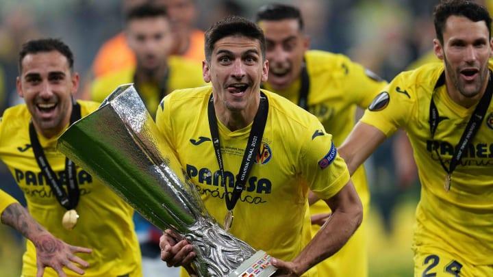 Gerard Moreno con el trofeo de la Europa League