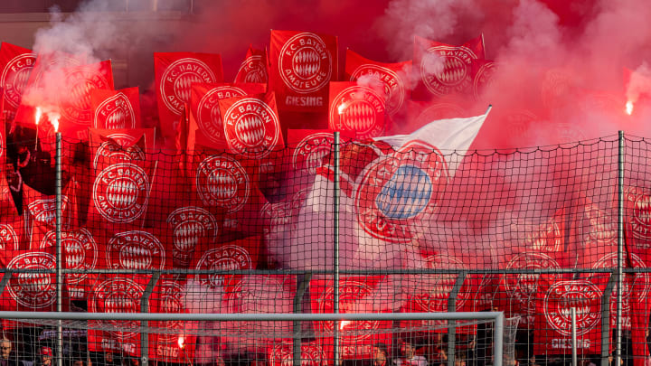 Ein Bayern-Fan klagt nach einem problematischen Transparent gegen sein Stadienverbot
