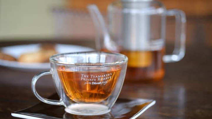 El té es un efectivo remedio para eliminar las bolsas de los ojos