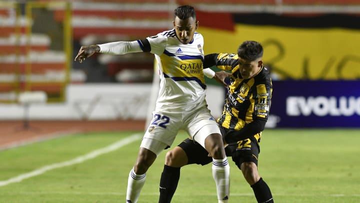 The Strongest v Boca Juniors - Copa CONMEBOL Libertadores 2021 - Villa pelea la pelota.