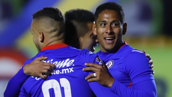 Jonathan Rodríguez, Roberto Alvarado y Luis Romo se funden en un abrazo tras marcar gol en el Guard1anes 2021.