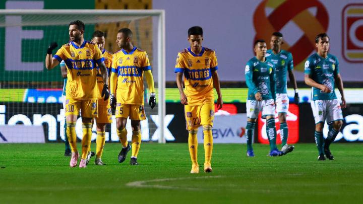 Jugadores de Tigres UANL celebran un gol.