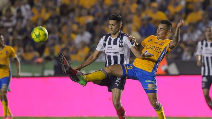 Jesús Molina disputando un Clásico Regio con Rayados de Monterrey