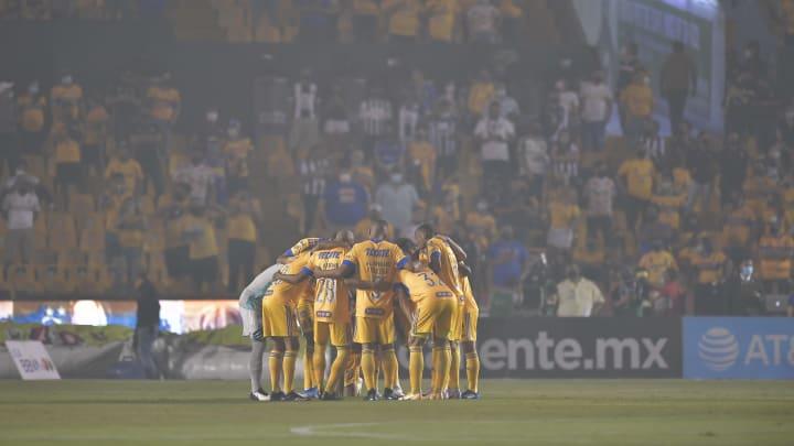 El equipo de los Tigres UANL previo a un partido.