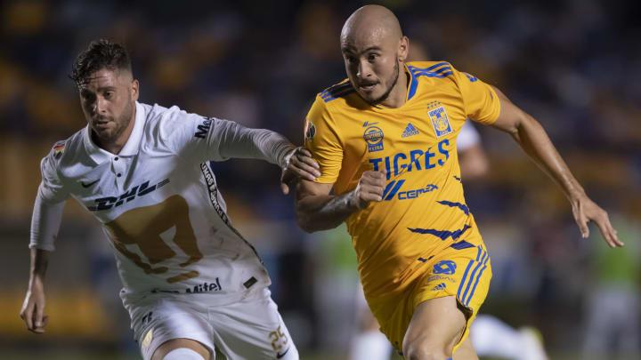El zaguero Arturo Ortiz (Pumas) disputa el esférico con el paraguayo Carlos González (Tigres).