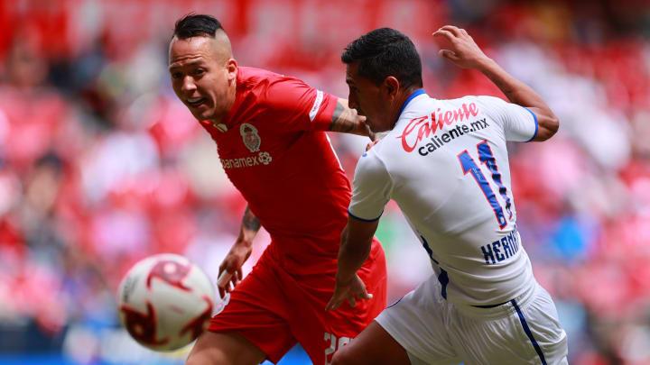 Jugadores de Toluca y Cruz Azul pelean un balón.