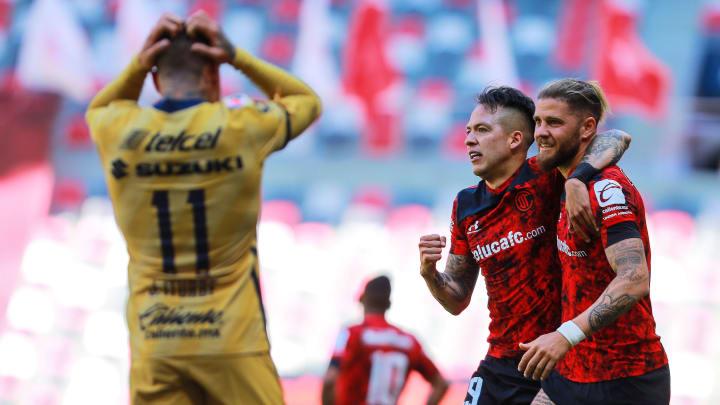 Jugadores del Toluca celebran un gol.