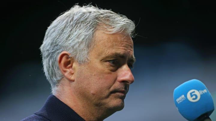 José Mourinho sofreu duras críticas após revés do Tottenham para o Manchester United.