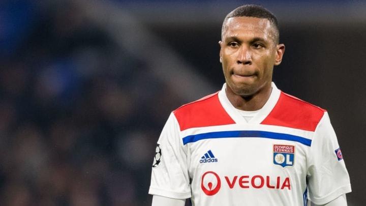 O experiente zagueiro de 33 anos jogou no Santos entre 2007 e 2008.