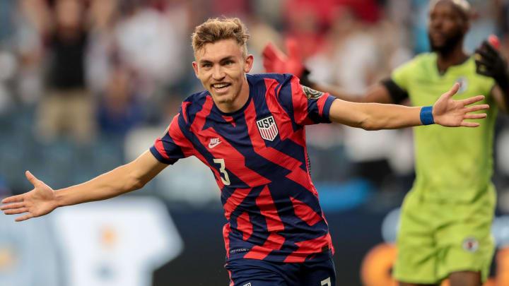 Jugador de Estados Unidos celebra un gol.