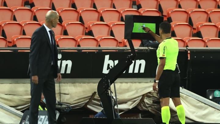 Der ungläubige Blick von Real-Coach Zinedine Zidane zum VAR-Bildschirm