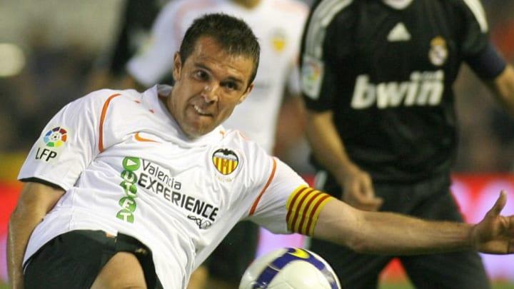 Valencia FC's Carlos Marchena (L) shoots