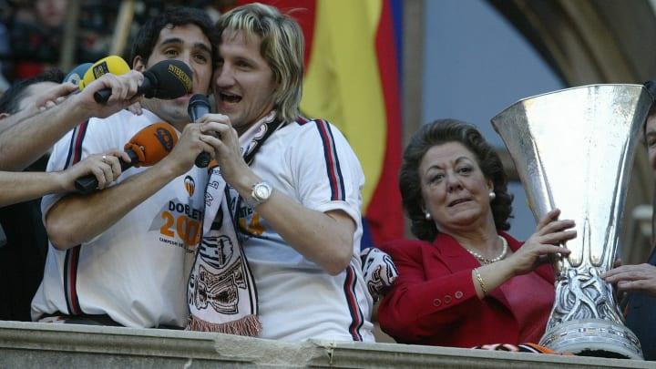 Valencia's players Vicente Rodriguez (L)