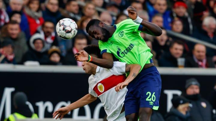 In der Luft nur schwer zu bezwingen: Schalkes Salif Sané (r.)
