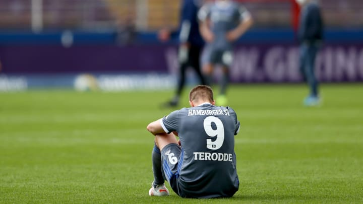 Ein nur allzu bekanntes Bild: HSV-Spieler (hier Simon Terodde) am Boden