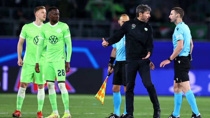 Auch Mark van Bommel beschwerte sich anschließend beim Schiedsrichter