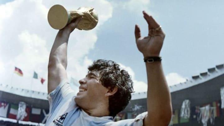 WORLD CUP-1986-MARADONA - Diego con el trofeo más preciado.
