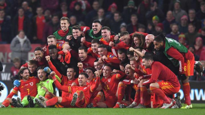 Nach der gelungenen EM-Quali präsentierte Bale die berühmte Flagge