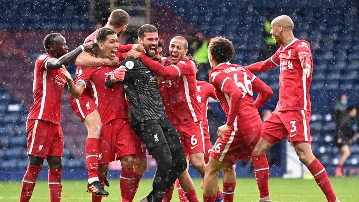 Liverpool-Keeper Alisson Becker wird nach seinem Tor gefeiert
