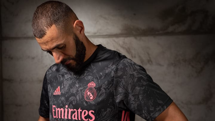 Benzema admiring Madrid's fashionable jersey