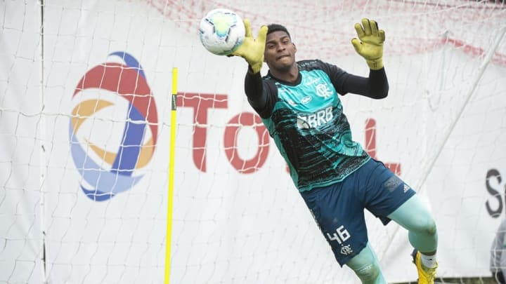 Hugo Souza tem contrato com o Flamengo até 2023 e é muito bem avaliado, mas tem poucas oportunidades.