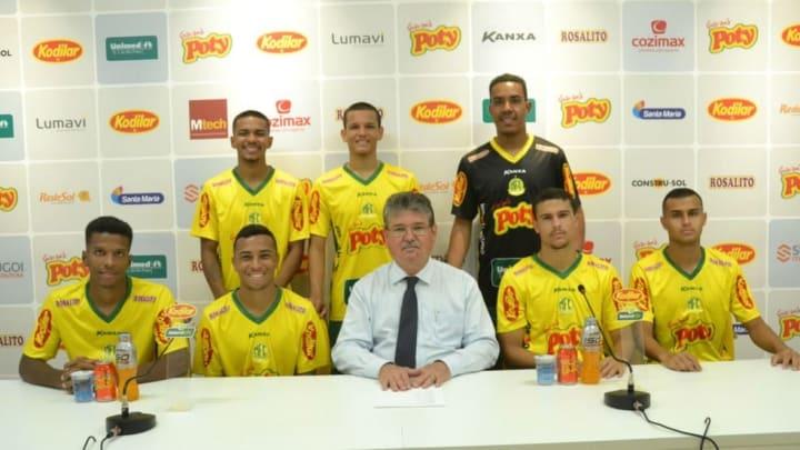 Danilo Silva (segundo em pé da esq. para dir.) subiu neste ano para o profissional após a Copa SP