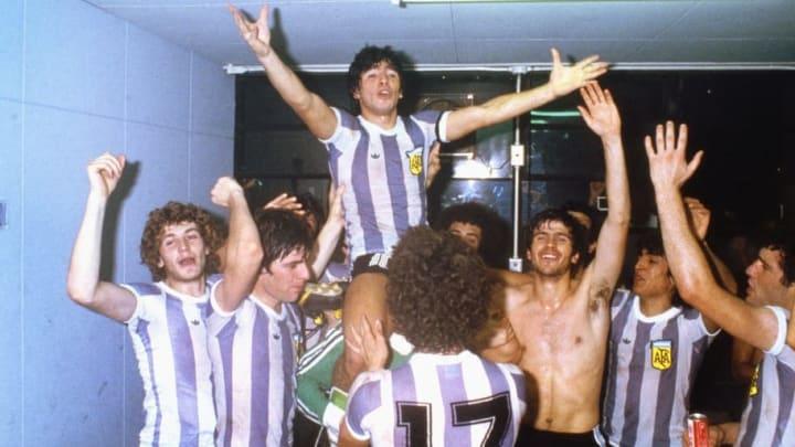 Maradona fête le sacre mondial avec la Juvenil argentine.