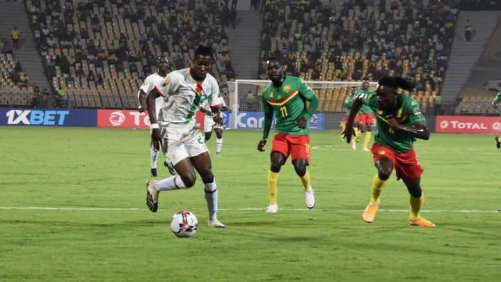Mohamed Lamine Ouattara (à gauche) en action lors de la CHAN 2020 face au Cameroun.