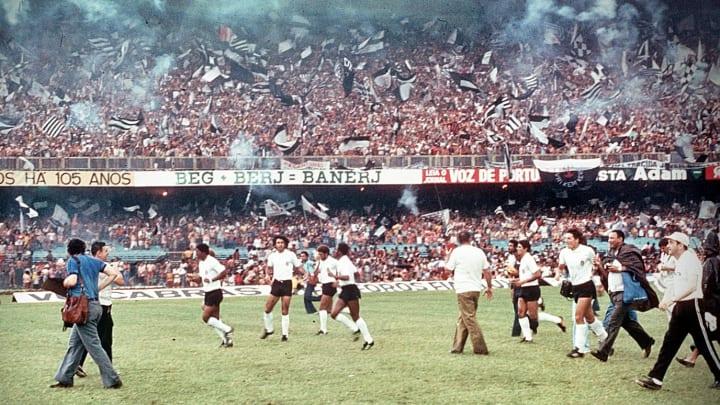 Corinthians entra em campo para enfrentar o Fluminense, em 1976.