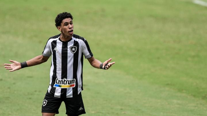 Lateral-esquerdo, ex-Botafogo, tem apenas 20 anos
