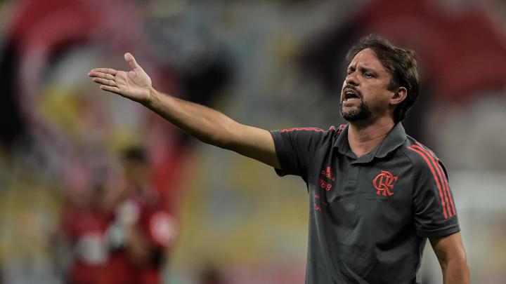 Com Covid-19, Rogério Ceni vai desfalcar o Flamengo nas duas próximas partidas. Maurício Souza assume o posto interinamente.