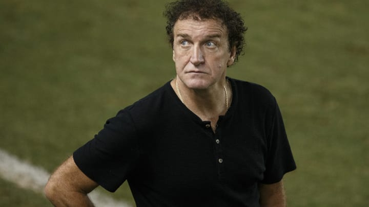 Cuca volta ao comando do Atlético, apesar de protestos da torcida devido à condenação por violência sexual.