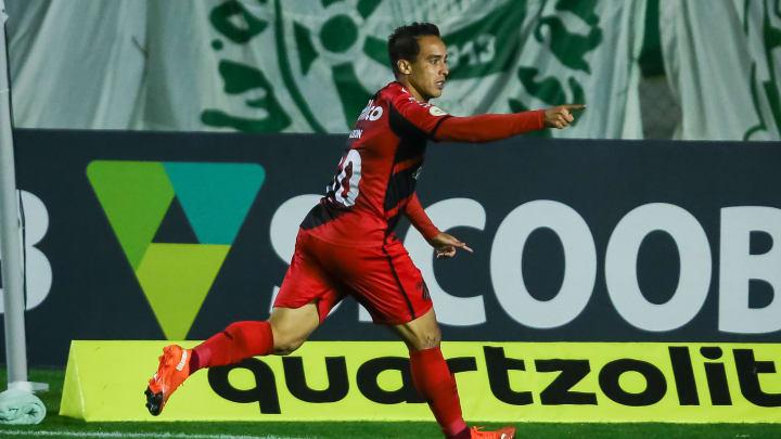 Jadson anotou os dois gols da vitória do Athletico