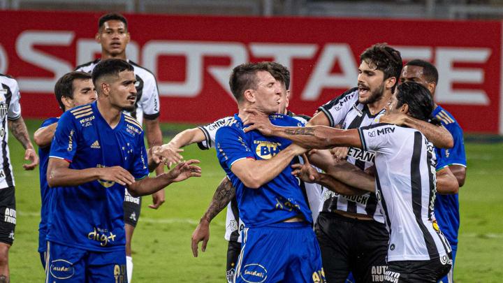 William Pottker e Hulk brigaram durante clássico entre Cruzeiro e Atlético-MG.