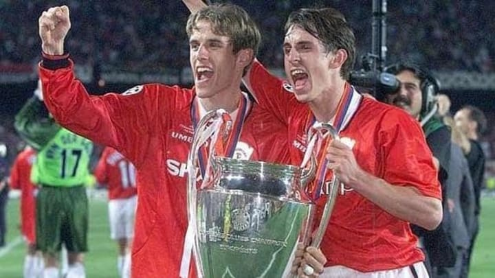 Los hermanos Neville celebrando la Copa de Europa ganada al Bayern en 1999