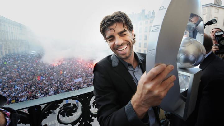 Juninho with the Ligue 1 trophy after the seventh consecutive title win in 2008