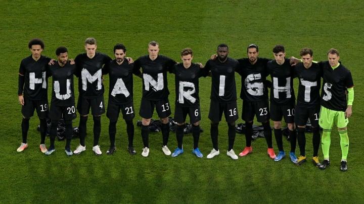 Die DFB-Elf mit einem Zeichen für Menschenrechte