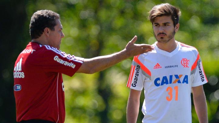 Luxemburgo orienta Mattheus em treino no Flamengo.